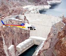 Вертолетный тур-экспедиция 'Гранд-Каньон и Плотина Гувера' (Grand Canyon Expedition): вертолет над плотиной Гувера и озером Мид. (Туры из Лас-Вегаса в Гранд-Каньон от туроператора 'Космополитан Тревел')
